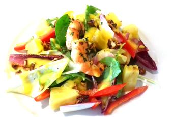 Variácia listových šalátov s limetkovo-pomarančovým dresingom, chilli, anásom a plodmi mora