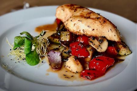 Kurací steak s grilovanou zeleninou